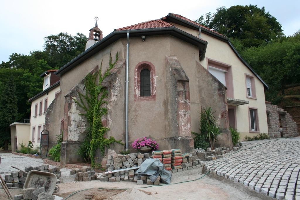 Installation des pavés autour de la chapelle - Juillet 2006