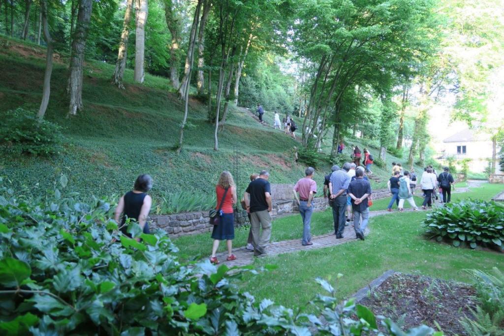 Promenade dans les jardins de la chapelle avec les conteuses