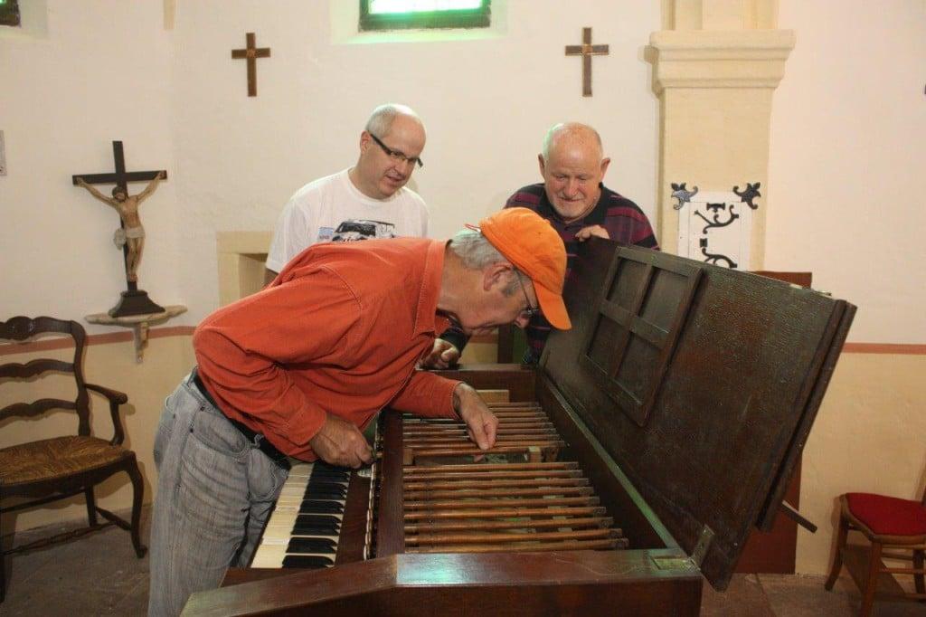 Gilbert Hoyndorf inspecte l'harmonium de la chapelle