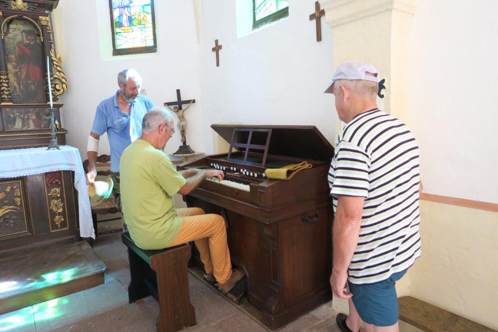 Gilbert Hoyndorf teste les qualités musicales de l'instrument qu'il a restauré.