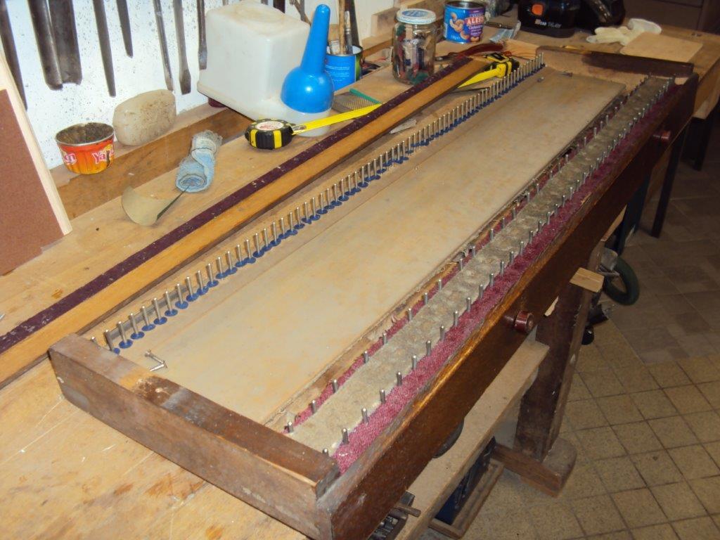Le clavier de l'harmonium sans ses touches - Photo : Gilbert Hoyndorf