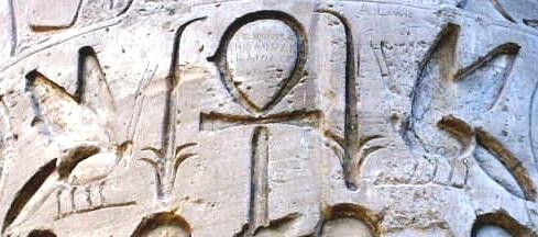 L'abeille et le roseau, symboles de la Basse et de la Haute Egypte. Temple de Karnak.