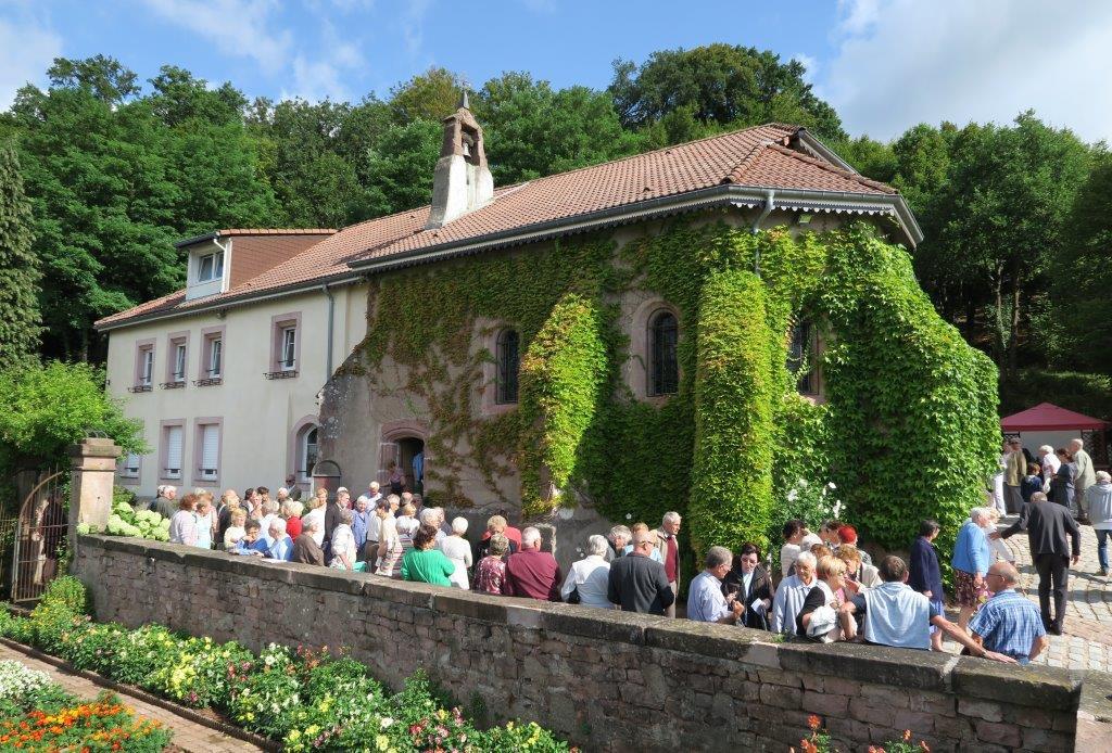 Vue de la chapelle et de la foule à la sortie de la messe du 16 août