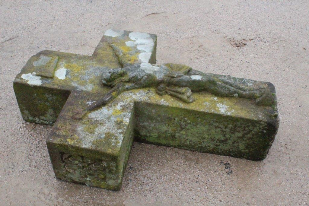 La croix qui sera installée au sommet du calvaire.