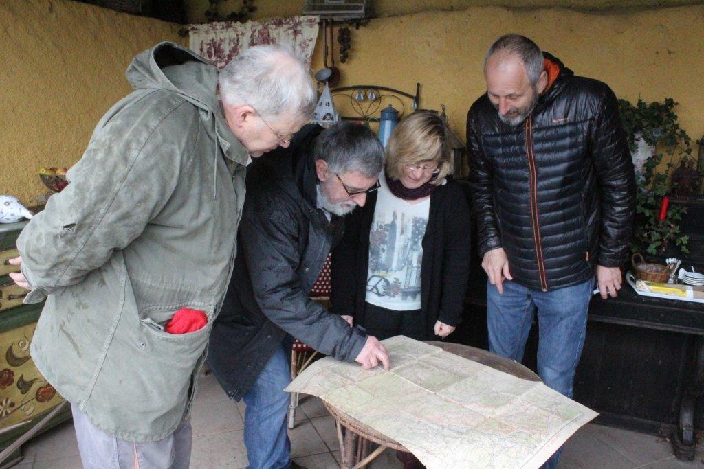 Jean-Claude Fombaron montre l'emplacement du calvaire à Bruno Gérard, Marie-Claude Bourdon et Jean-François Riotte