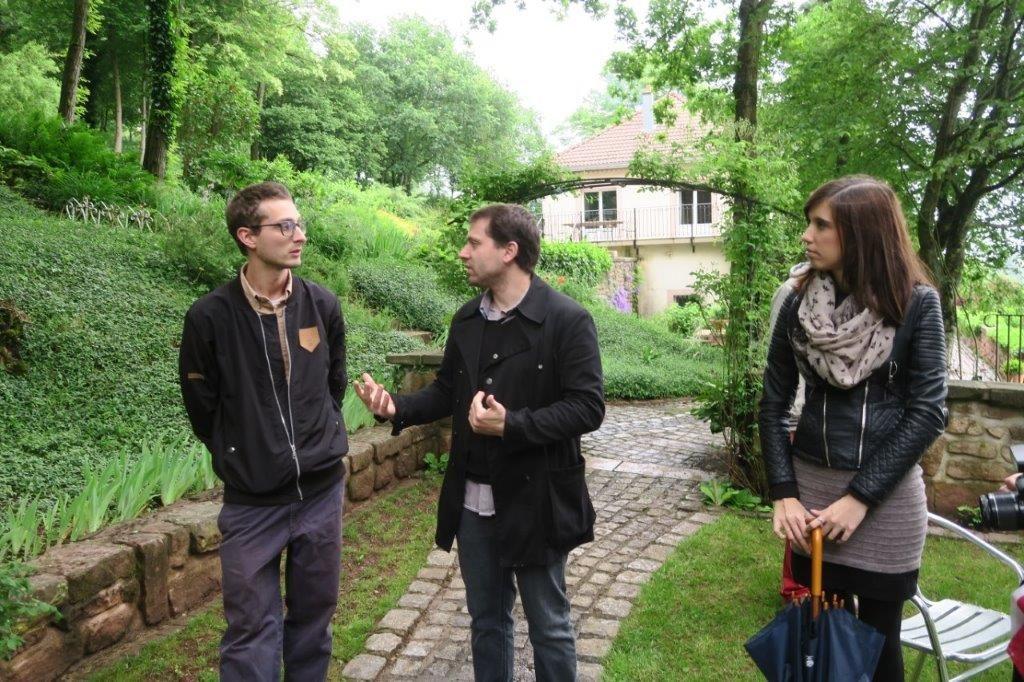 Jennifer et Romain Durain avec l'artiste Mantra.
