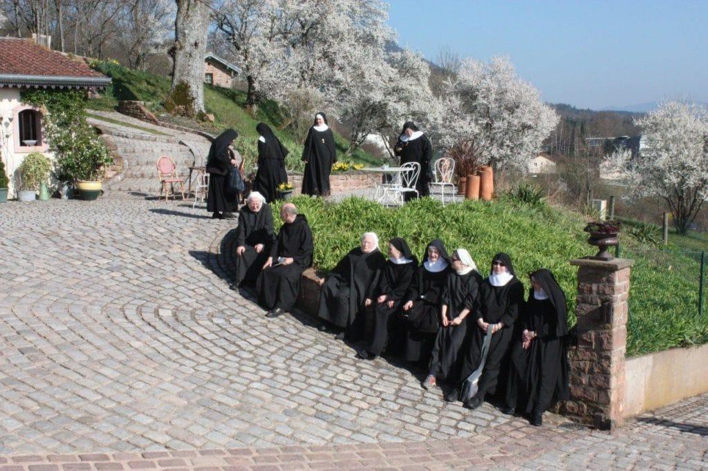 Photos des bénédictines dans les jardins de la chapelle le 12 mars 2014.