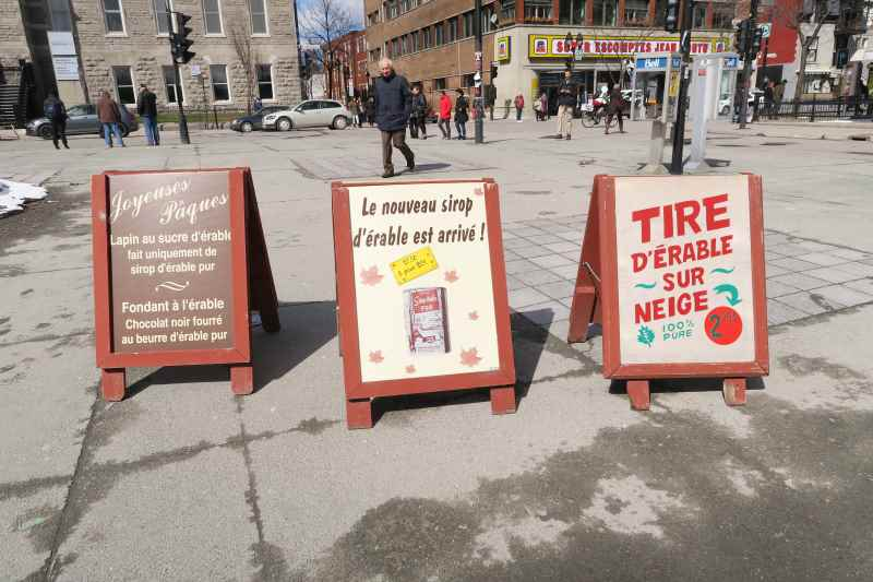 Panneaux publicitaires sur le sirop d'érable à la station de métro Jean Talon à Montréal
