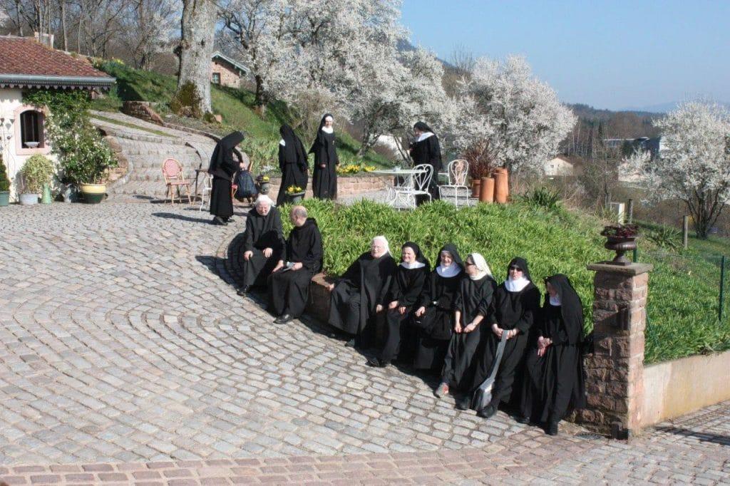 Photo d'un groupe de bénédictines le 12 mars 2014 lors de l'inauguration des vitraux
