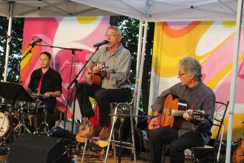 Photo de Gérard Delon - au centre - lors du concert de Concurrence déloyale dans les jardins de la chapelle en juillet 2016