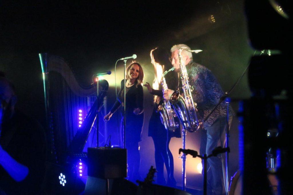 Photo du saxophoniste et de la harpiste