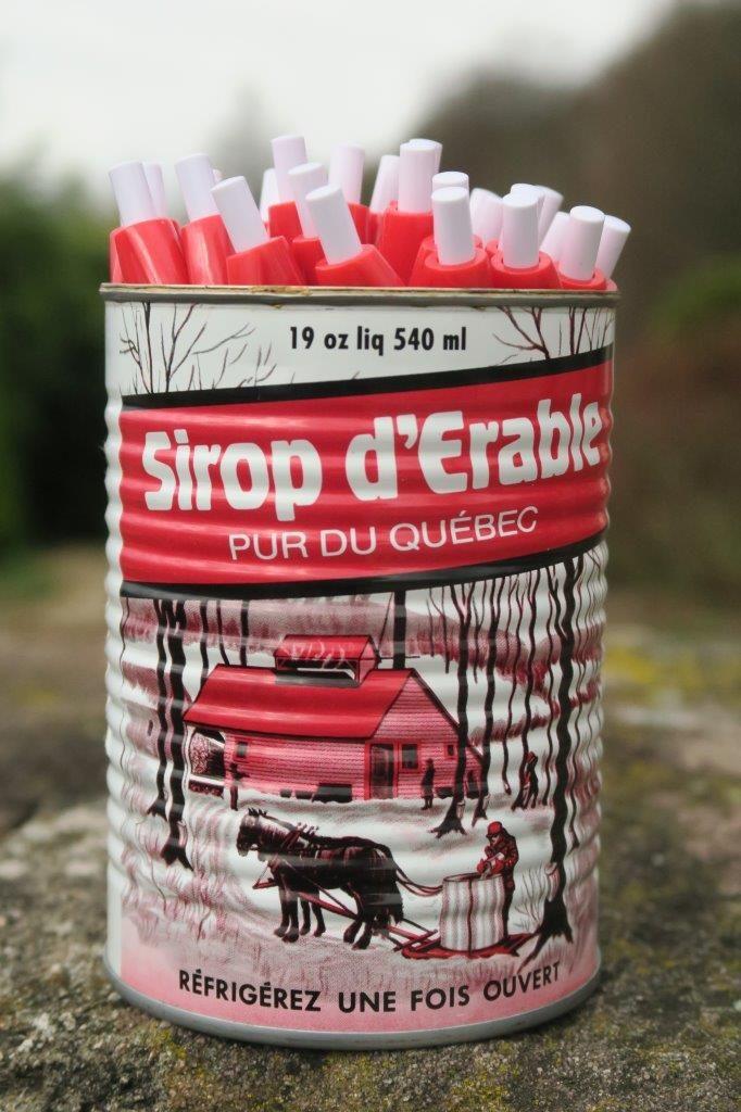 Photo des stylos dans une boite de sirop d'érable