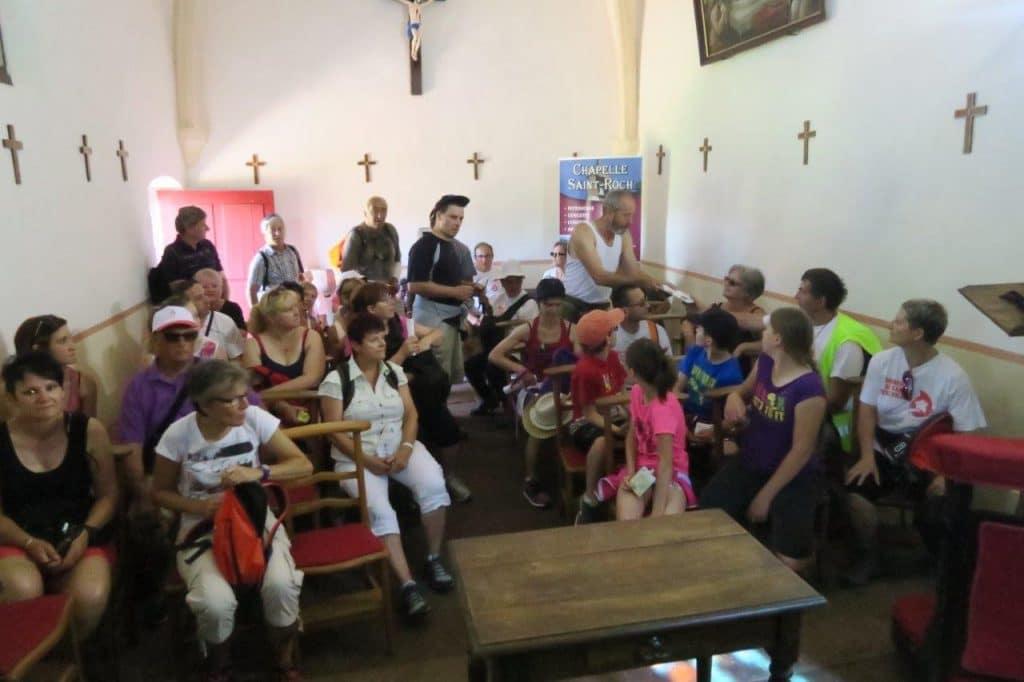 Un groupe dans la chapelle