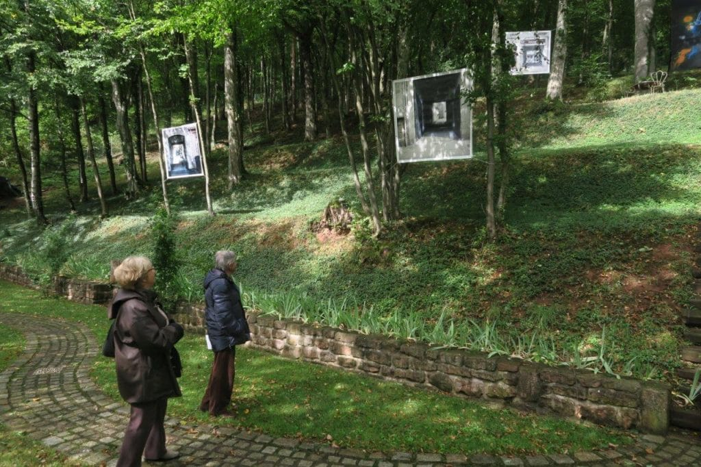 Photo de Visiteurs dans le parc devant une photo de Philippe Colignon