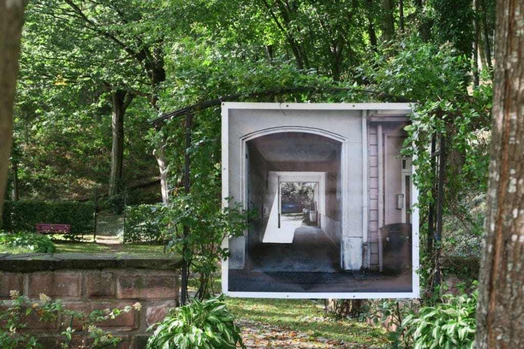 Un des grands formats de Philippe Colignon dans les jardins de la chapelle