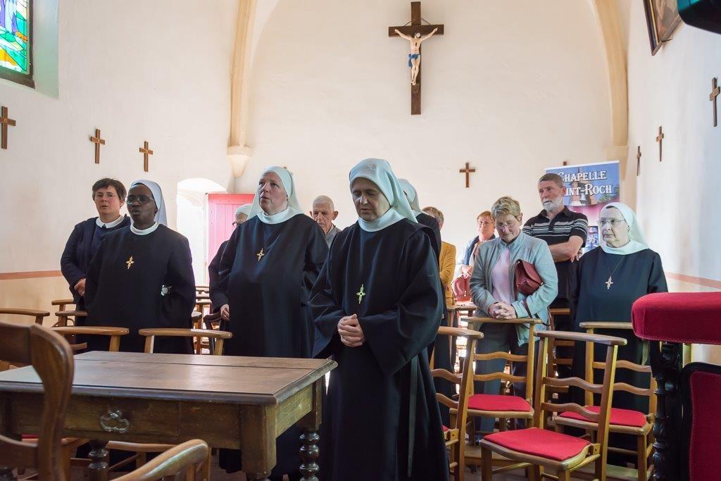 Le religieuses prient dans la chapelle
