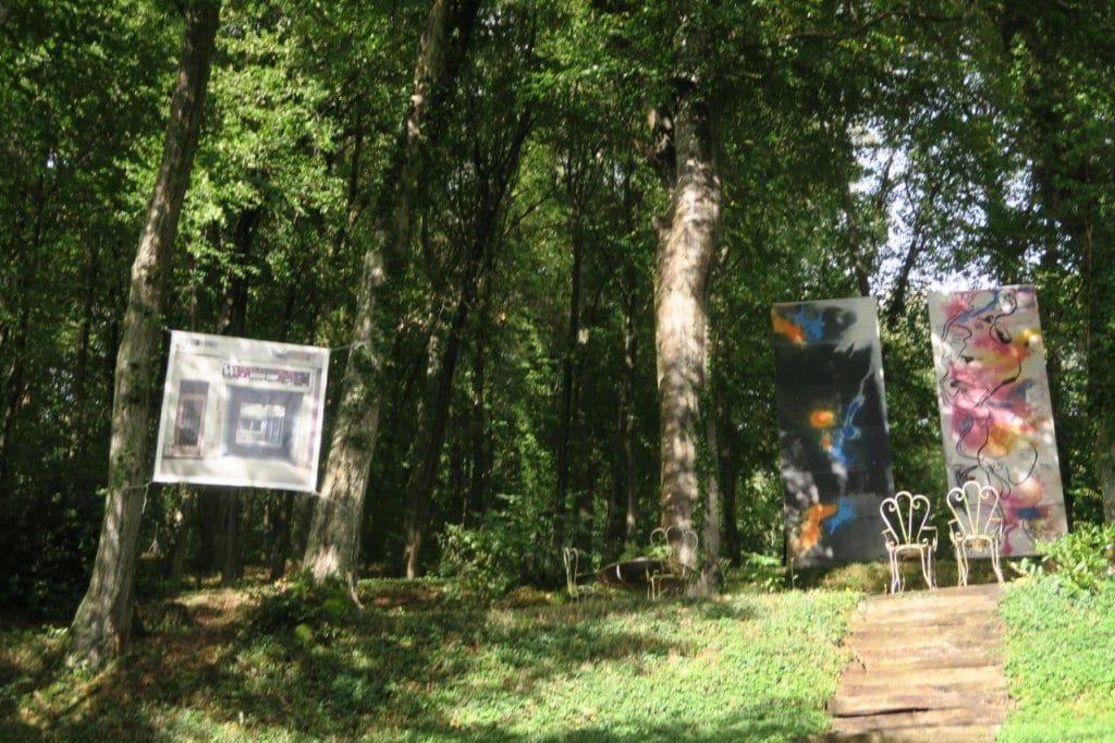 Photo et peintures au milieu des arbres des jardins de la chapelle