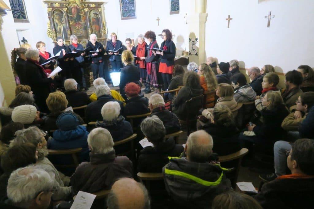 Photo du chœur de femmes et de son public dans la chapelle